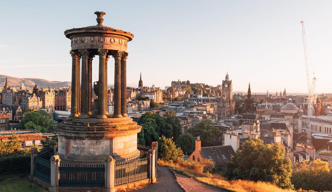 La vista di Edinburgo dal Calton Hill al tramonto