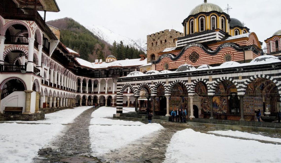 Vista innevata sul Monastero di Rila in Bulgaria