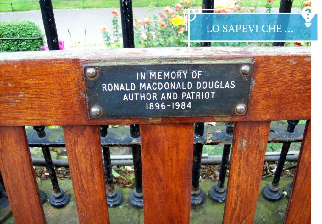 Una delle tante panchine commemorative sparse per Edimburgo.