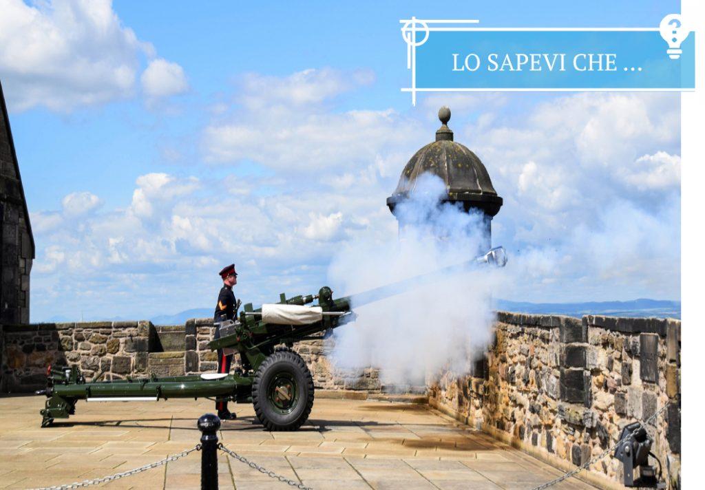 Cannone che spara dal Castello di Edimburgo alle 13