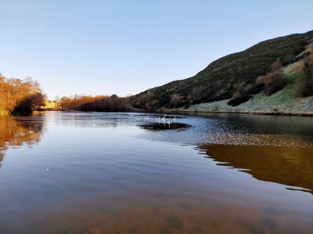 Il Dunningston Loch ai piedi dell'Arthur Seath a Edimburgo
