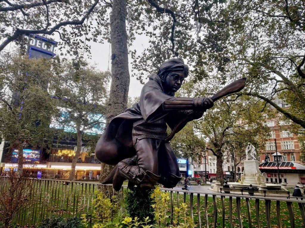 La statua di Harry Potter sulla scopa a Leicester Square a Londra.