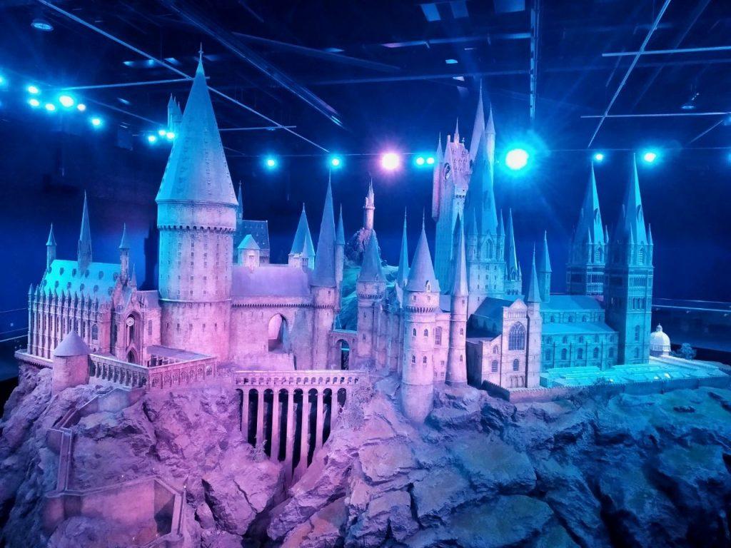 Il modellino illuminato del castello di Hogwarts ai Warner Bros Studio Tour di Londra.