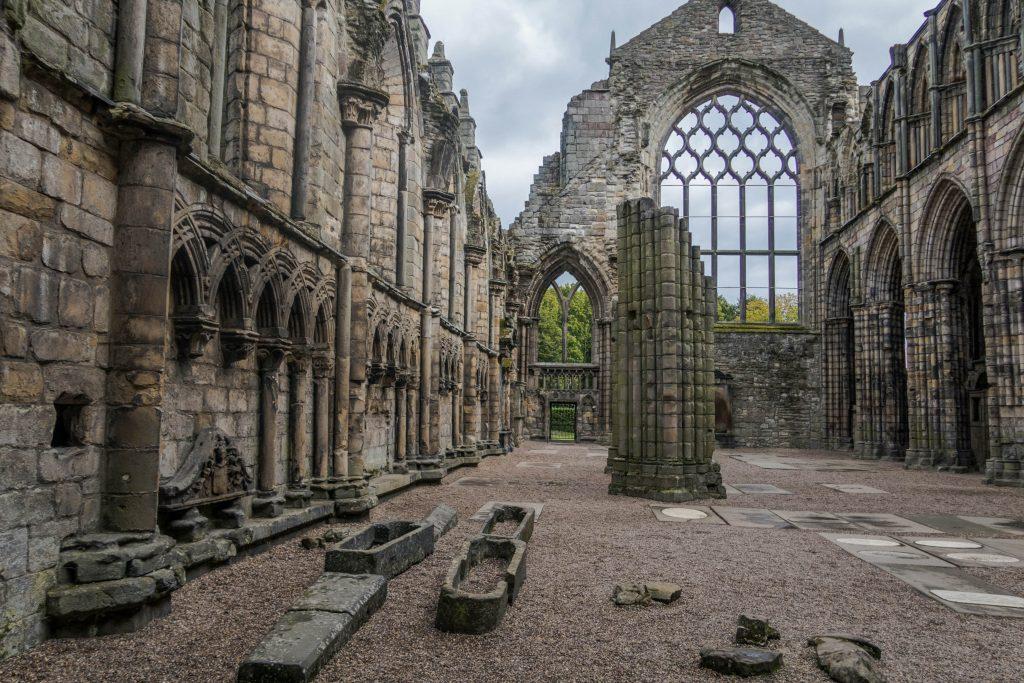 Gli interni della fantasica Holyrood Abbey a Edimburgo