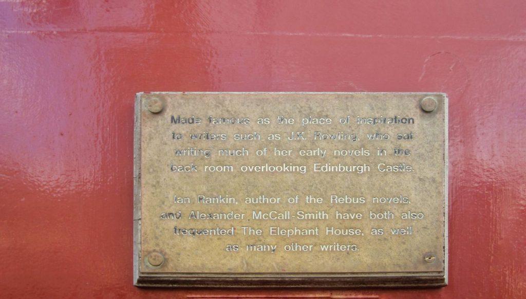 La targhetta affissa all'esterno dell'Elephant bar su J.K. Rowling a Edimburgo.