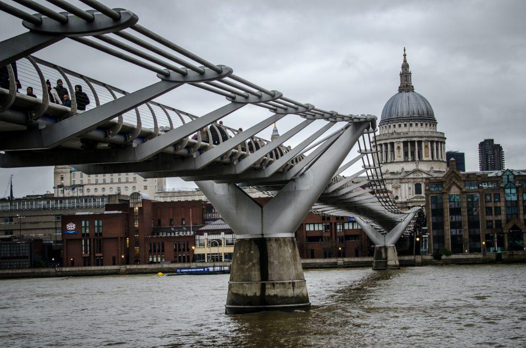 Foto del Millenium Bridge sul Tamigi a Londra in una giornata grigia.