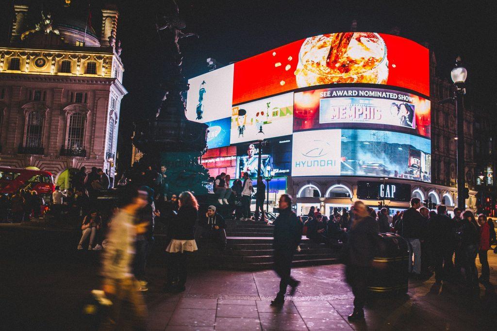 Foto di una grande folla all'uscita della metropolitana di Piccadilly Circus a Londra.