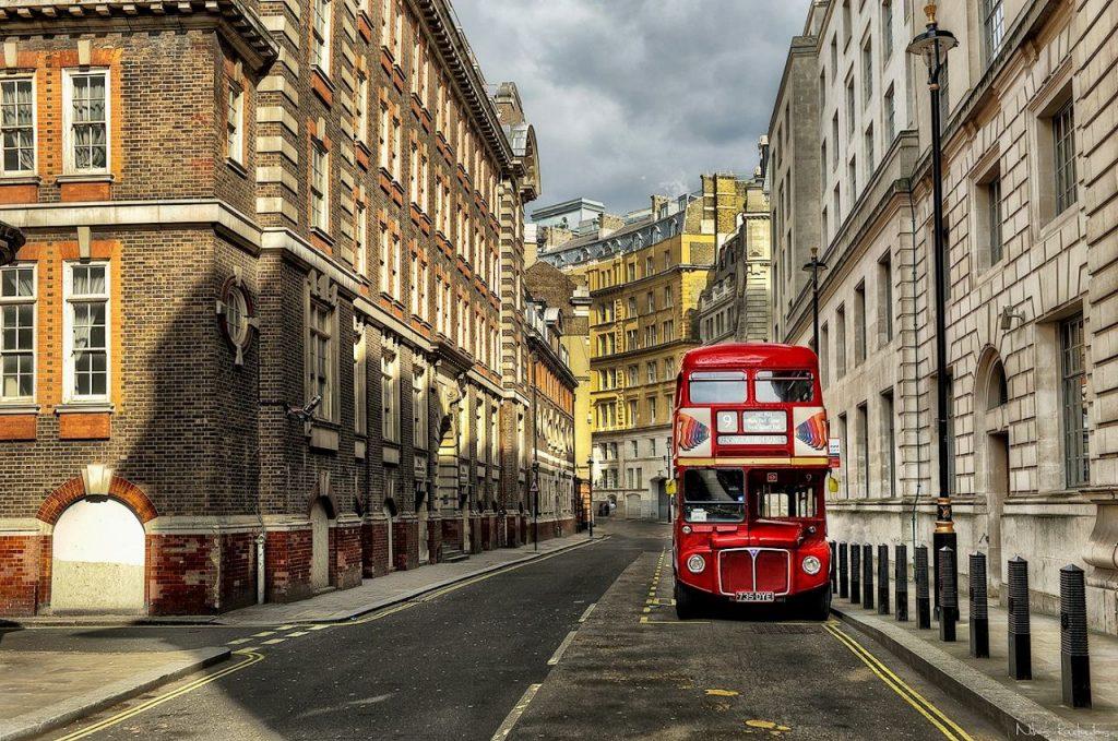 Un autobus rosso a due piani londinese a Scotland Yard a Londra.