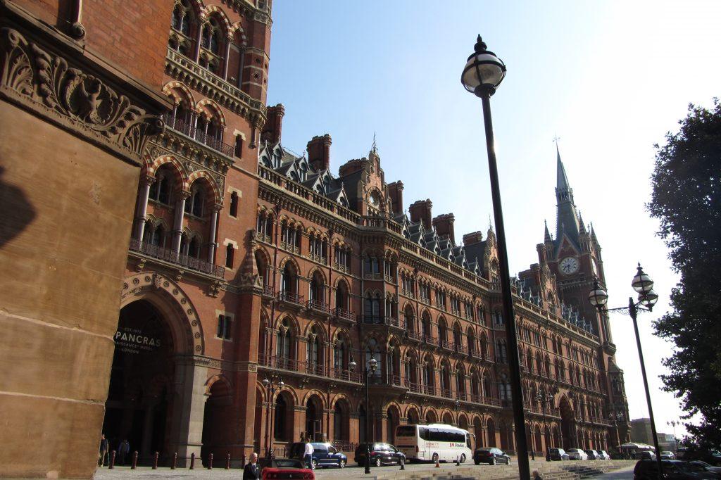 Vista sulla facciata del St. Pancras Renaissance Hotel a Londra