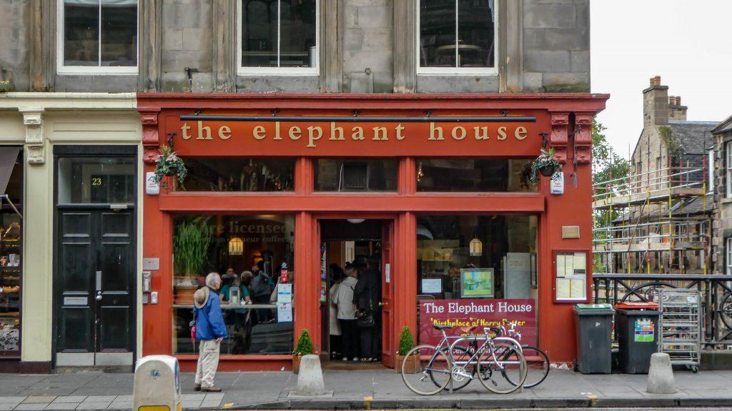 """La facciata rosso fuoco dell'Elephant House bar, """"luogo di nascita di Harry Potter"""" a Edimburgo"""