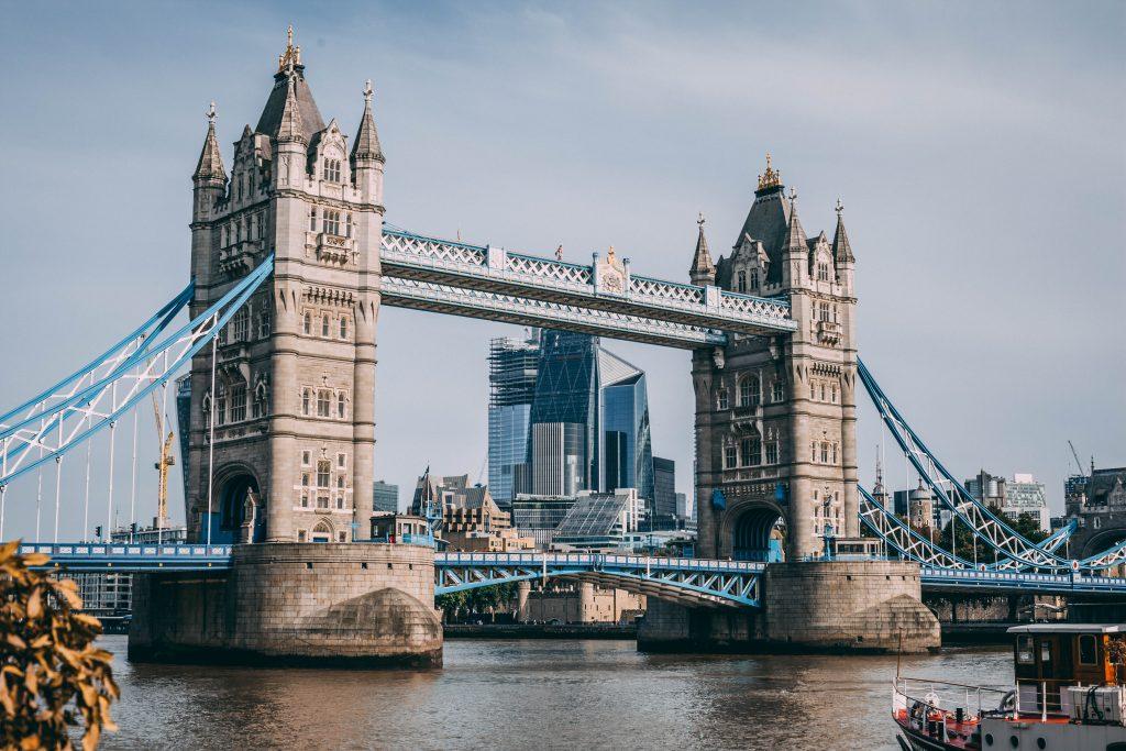 Visuale sul Tower Bridge con una barca sul Tamigi a Londra in una giornta di sole.