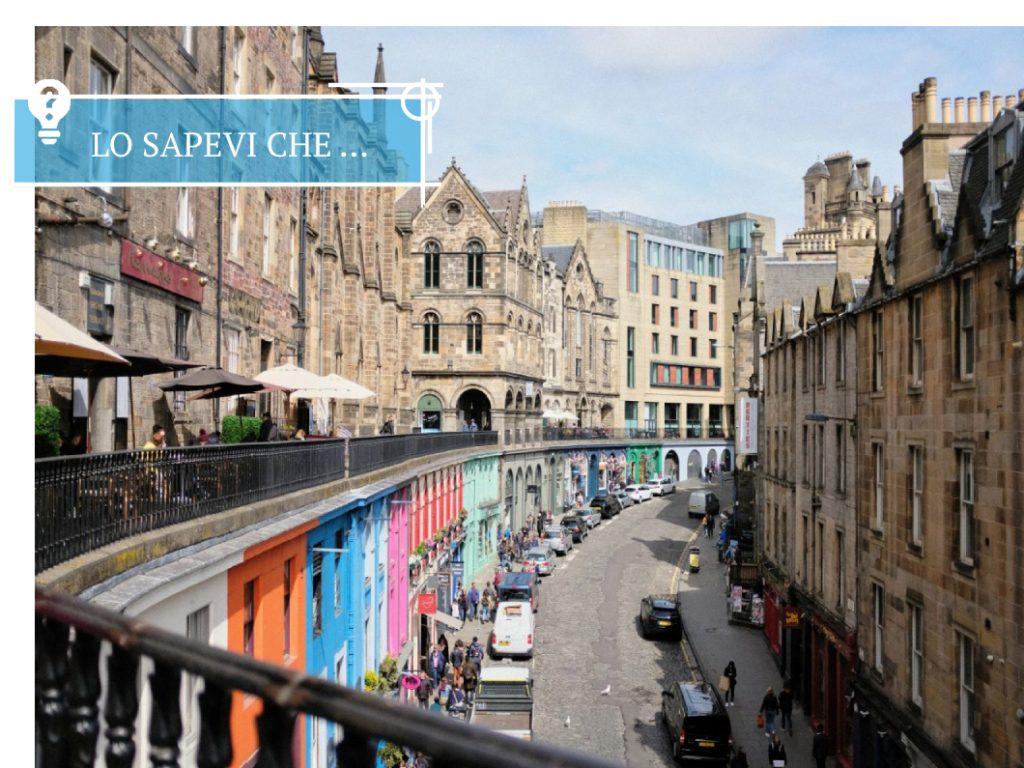 Vista della coloratissima Victoria Street dall'alto.