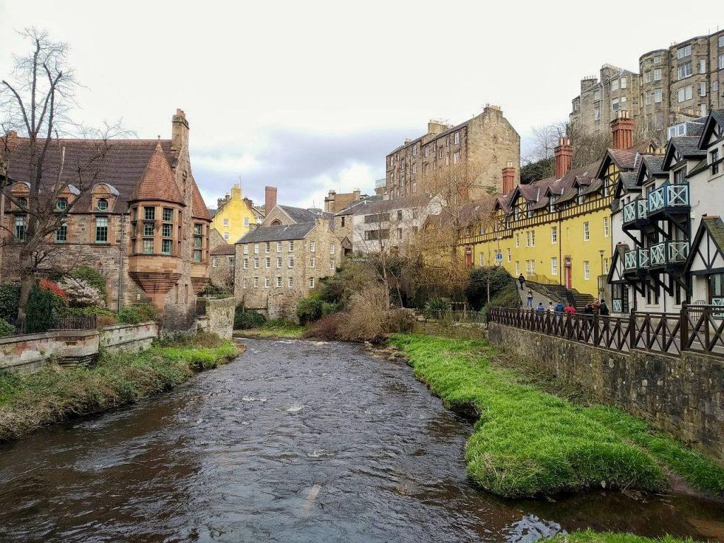 Gli spettacolari edifici del Dean Village affacciati sul fiume Leith a Edimburgo