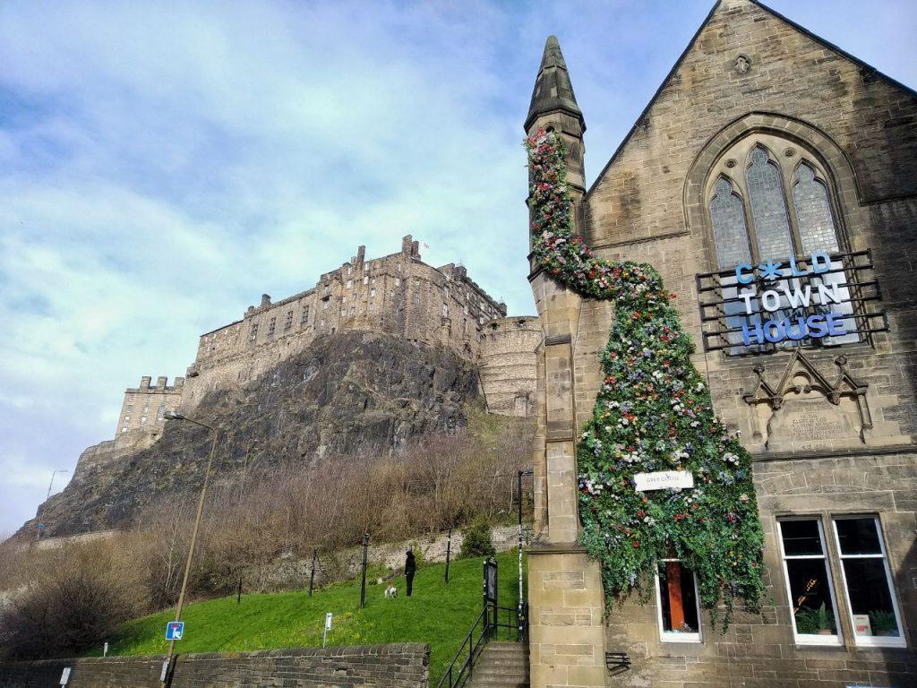 Vista del castello di Edimburgo dal Grassmarket