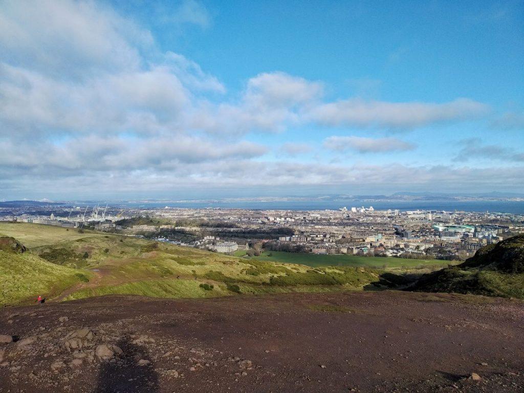 La fantastica vista di Edimburgo e del Firth of Forth dalla cima dell'Arthur Seath