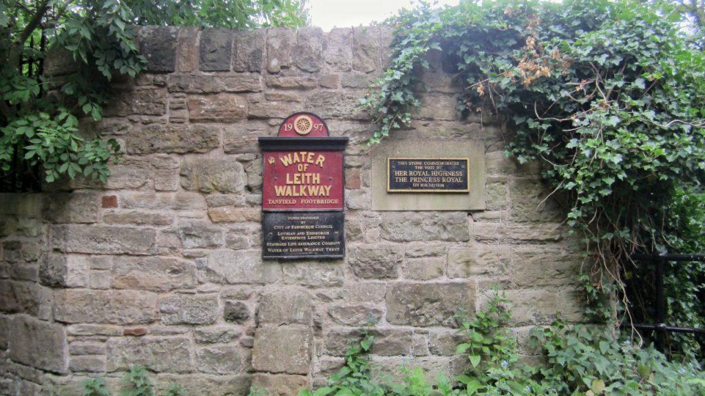 La targa del Water of Leith si puó trovare a ogni ingresso al percorso