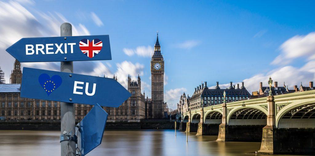 Il Palazzo di Westminster e il Big Ben sul Tamigi con due frecce blu che puntano in due direzioni diverse in relazione della Brexit: una relativa all'Unione Europea e l'altra alla Gran Bretagna.