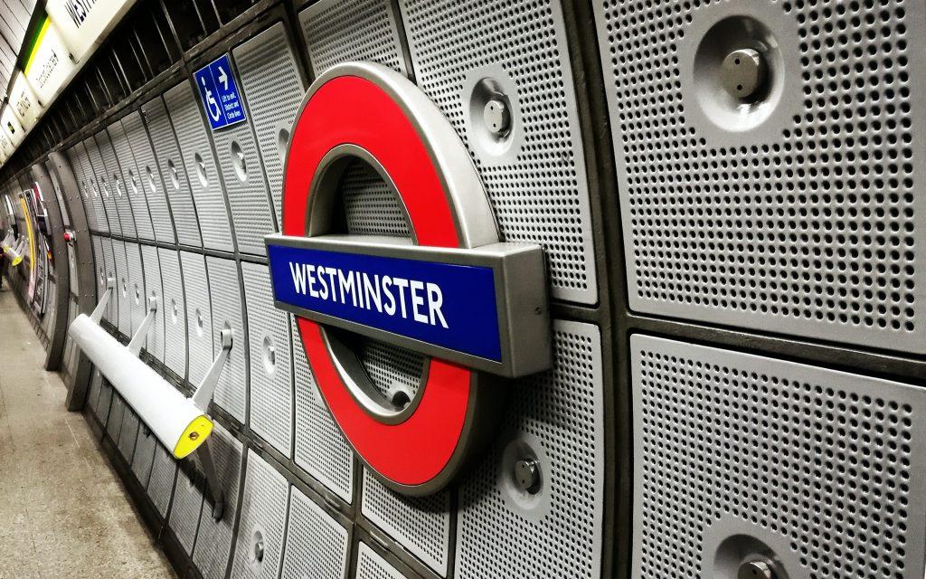 Simbolo della fermata della metropolitana a Westminster a Londra.