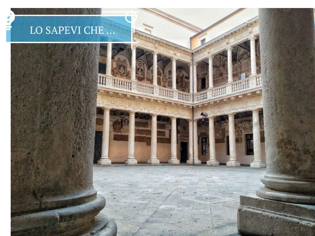 Il Cortile interno di Palazzo Bo a Padova, con gli alti colonnati in roccia.