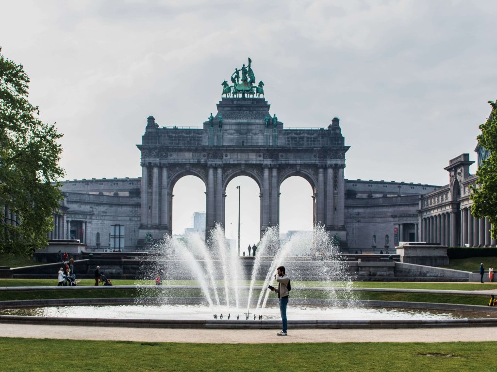 Il parco del cinquantenario a Bruxelles, con l'arco del palazzo visto dalla fontana centrale.
