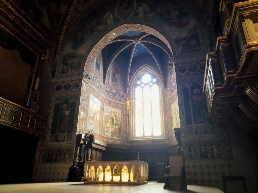 L'altare del duomo di Gubbio in penombra.