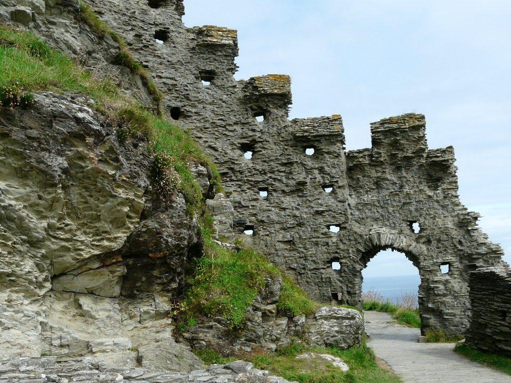 Le rovine dell'arco d'ingresso al castello di Tintagel.