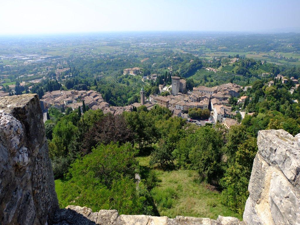 Il borgo di Soave visto dall'alto delle mura, con una fantastica vista sui boschi e sulla pianura in lontananza.
