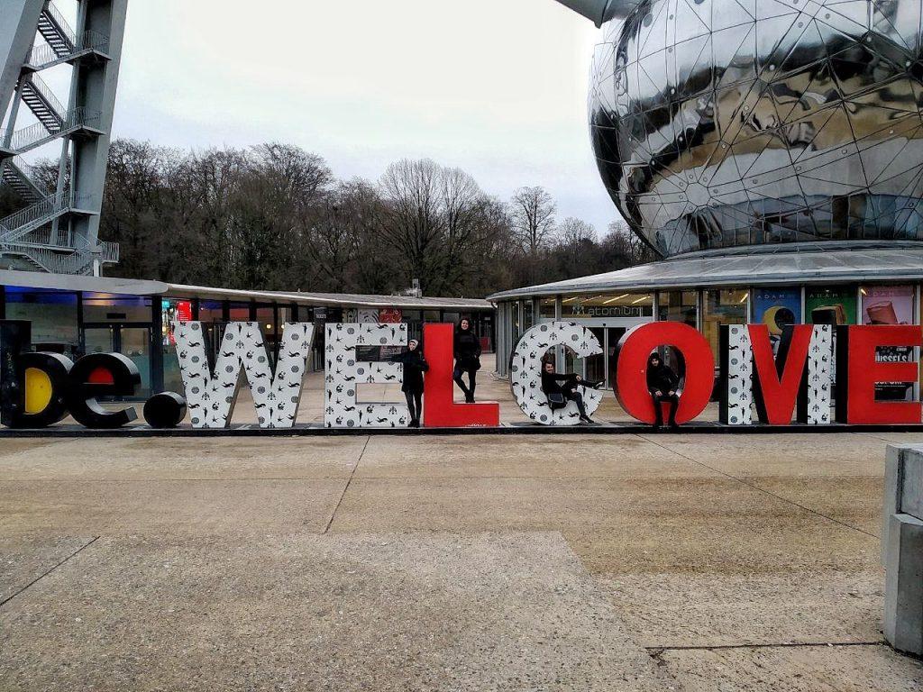 La scritta Welcome gigantesca all'Atomium di Bruxelles.
