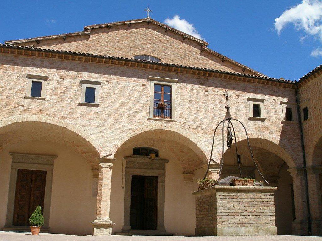 Il pozzo e la Basilica di Sant'Ubaldo a Gubbio.