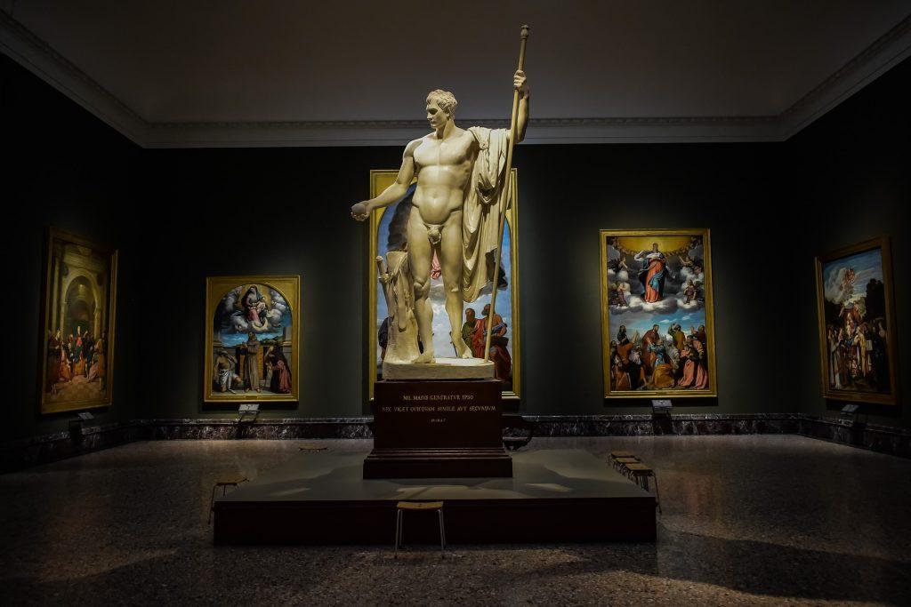 Sala principale della pinacoteca di Brera con al centro una statua e quadri tutto attorno sulle pareti.