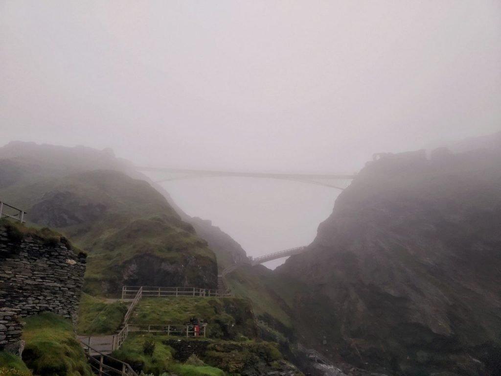 La vista del Castello di Tintagel completamente immerso nella nebbia dal punto panoramico sulla Heaven Cove.