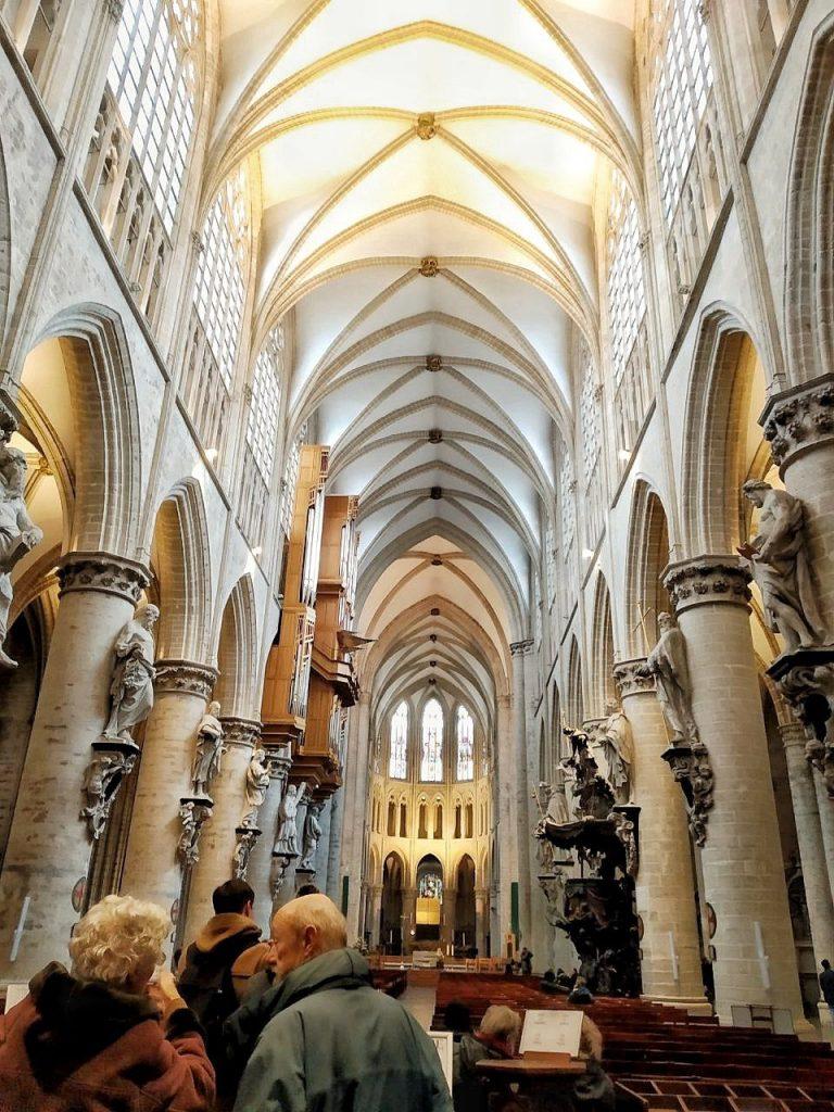 Le alte arcate interne della Cattedrale di San Michele e Santa Gudula a Bruxelles.