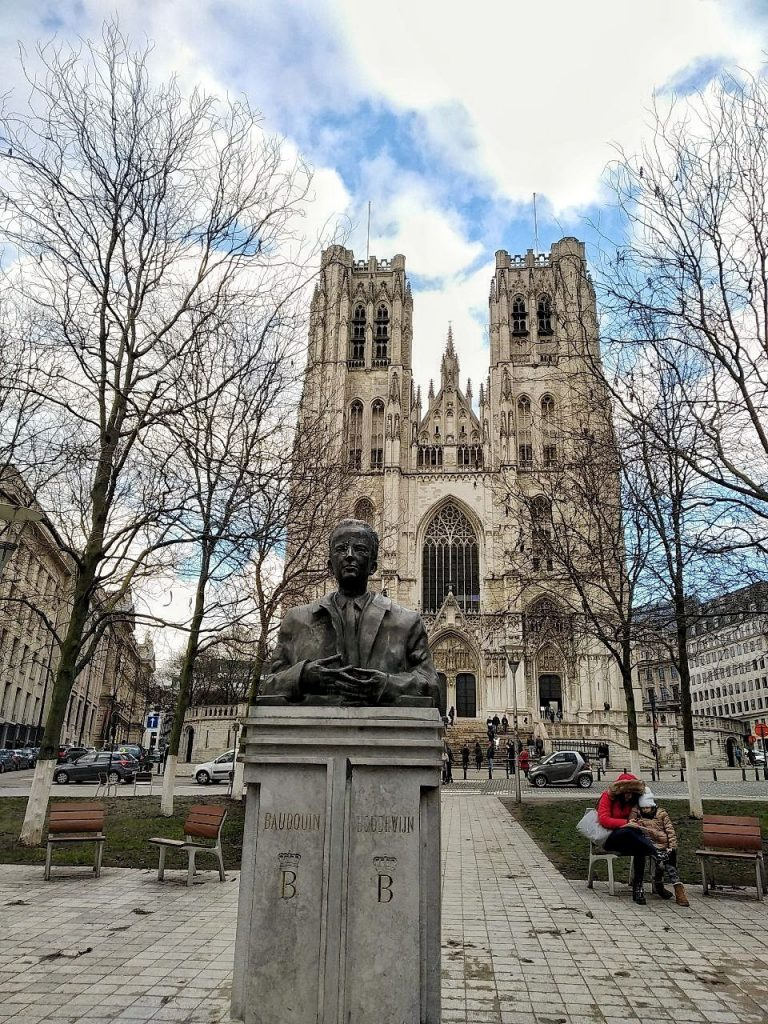La Cattedrale di San Michele e Santa Gudula a Bruxelles, vista dal parco con un mezzobusto in centro alla foto.