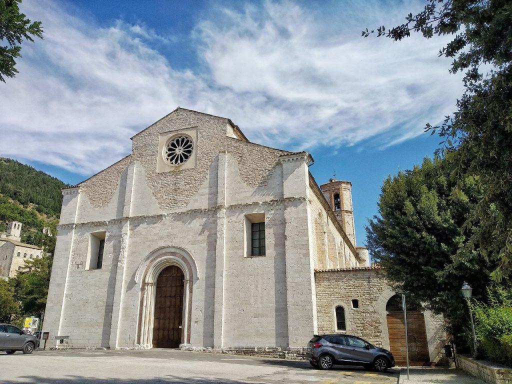 La facciata della Chiesa di San Francesco a Gubbio.
