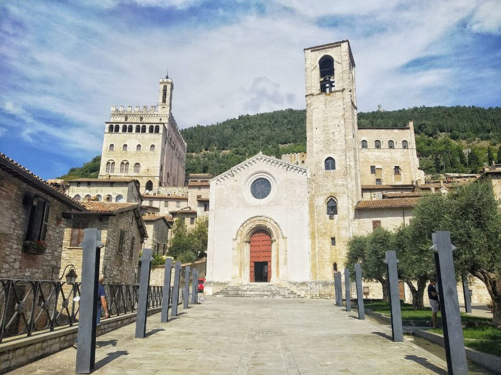 La piazza in fronte alla Chiesa di San Giovanni Battista a Gubbio.