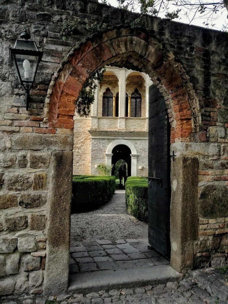 L'arco d'ingresso alla casa di Petrarca ad Arquà Petrarca, sui Colli Euganei.
