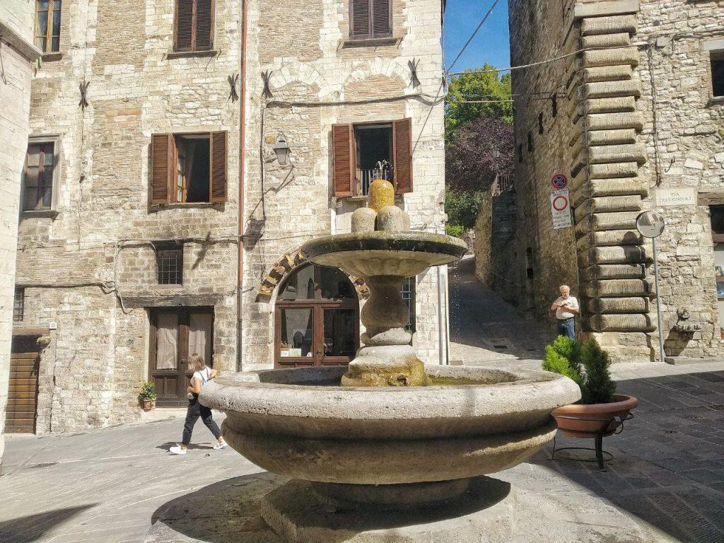 La fontana del Bargello, o fontana dei matti a Gubbio.