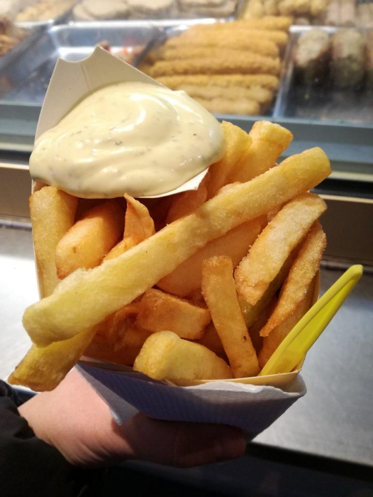 Un fantastico cono di french fries con maionese.