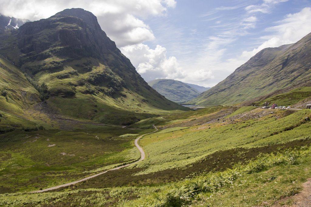 La staordinaria vallata di Glencoe sotto lo sguardo vigili delle possenti Three Sister, tra le montagne piú famose di Scozia.
