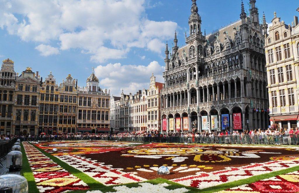 La Grand Place di Bruxelles con il famoso tappeto di fiori a ricoprirla.