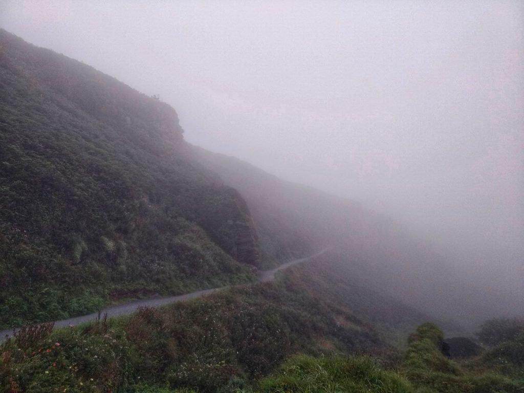 Il sentiero di discesa al castello di Tintagel, completamente immerso nella nebbia.