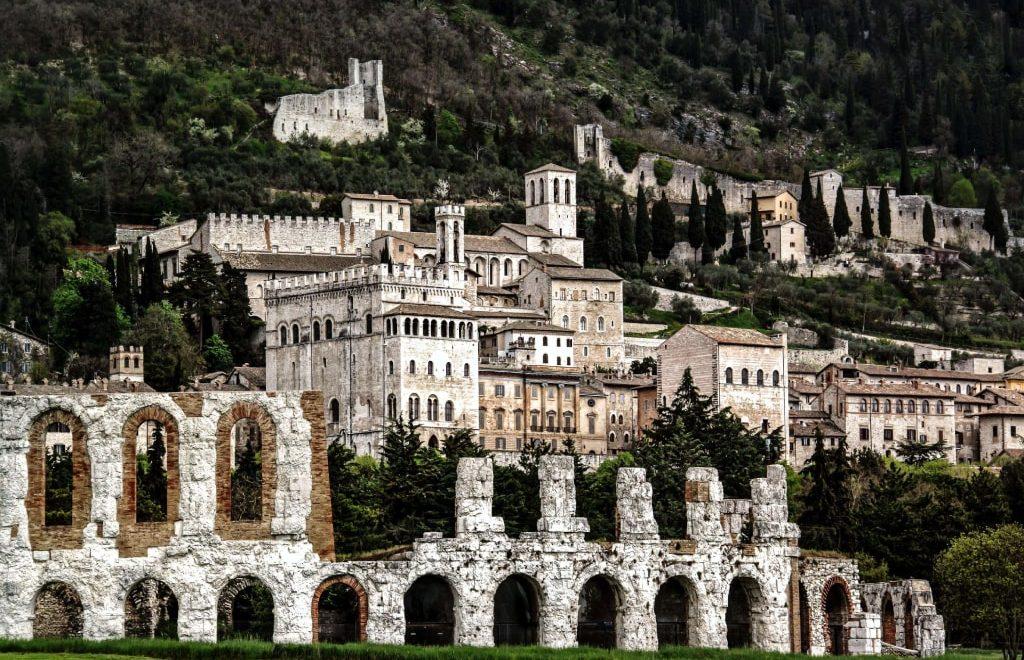 Visitare Gubbio in un giorno: itinerario a piedi nella stupenda cittadina medioevale umbra