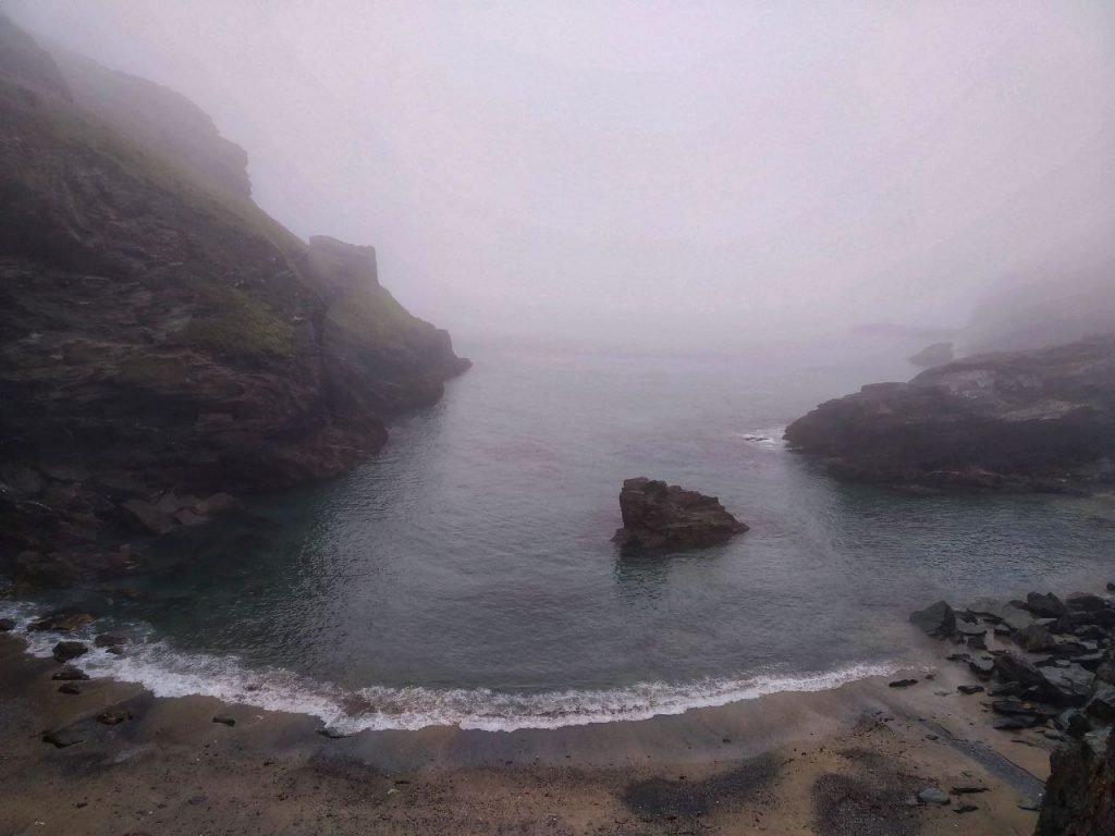 Vista sulla Heaven Cove completamente immersa nella nebbia.