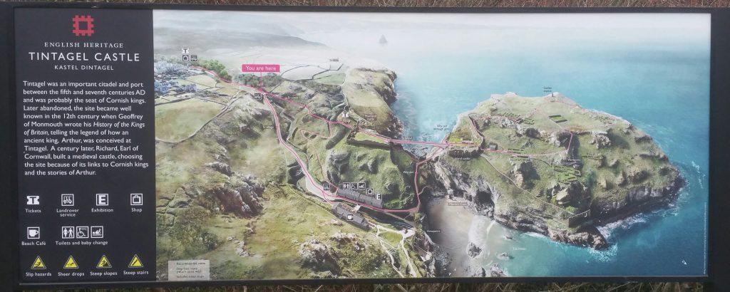 Un cartello che illustra il percorso di visita al castello di Tintagel.
