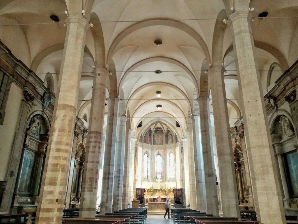 Le alte arcate degli interni della Chiesa di San Fracesco a Gubbio