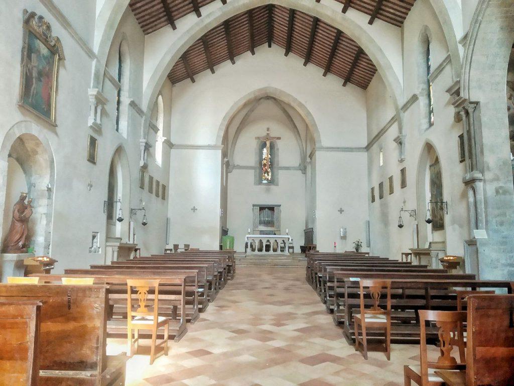 Gli interni della piccola Chiesa di San Giovanni Battista a Gubbio.