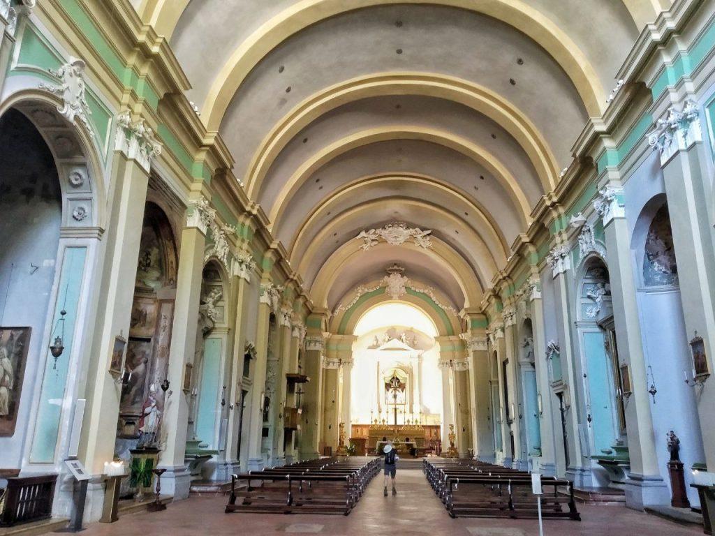 La navata interna della Chiesa di San Domenico a Gubbio, con l'alto soffitto e le pareti verdine.