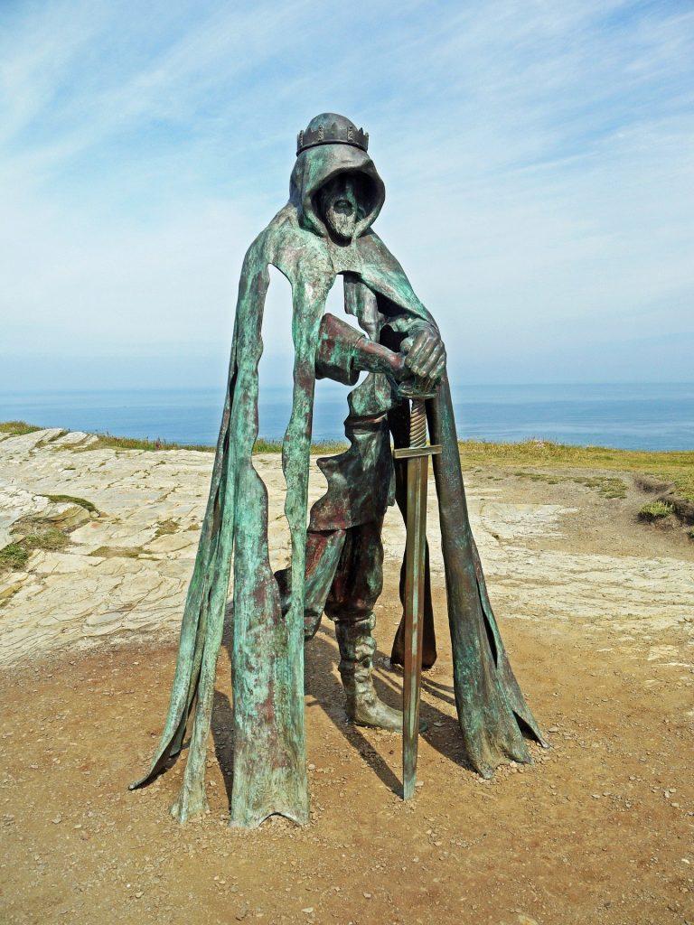 La statua di Re Artú con vista sull'oceano.