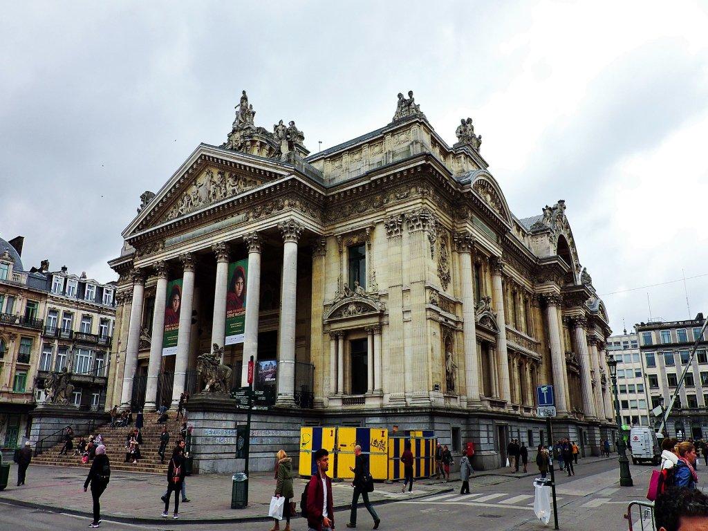 Il Palazzo della Borsa di Bruxelles, molto simile a un tempio greco.