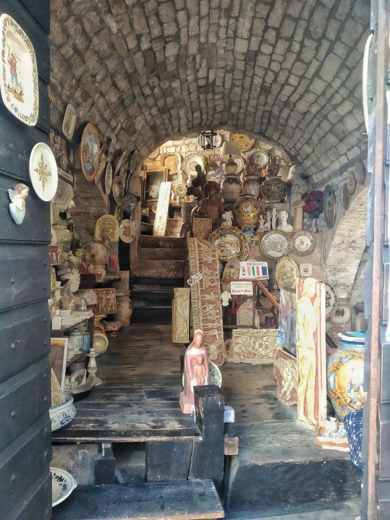 Uno dei tanti negozi in piazza del Bargello a Gubbio, con icone religiose e prodotti di ceramica.